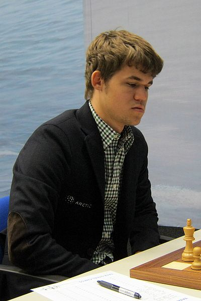 377px-Magnus_Carlsen_signing_autographs_at_London_Chess_Classic