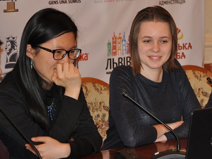 Hou, M.Muzychuk (Photo taken from chess-news.ru)