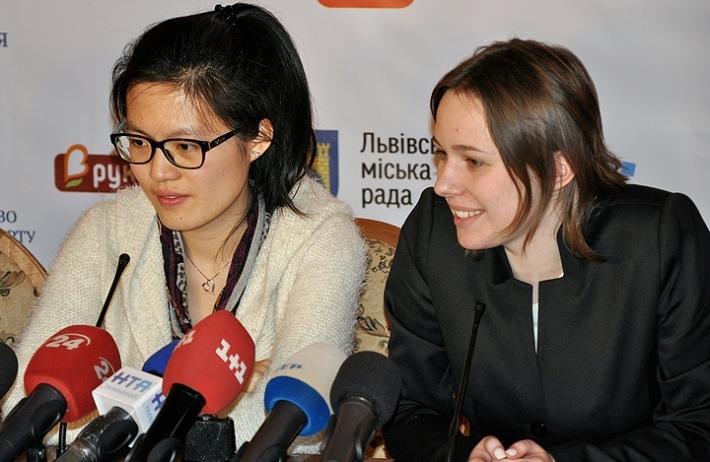 Hou, M.Muzychuk (Photo taken from chess-news.ru)